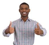 L'uomo che sorride dando due pollici aumenta il segno Fotografie Stock Libere da Diritti
