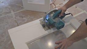 l'uomo che usando una circolare ha visto per il taglio del rinnovamento domestico del legno del costruzione della porta e, strume stock footage
