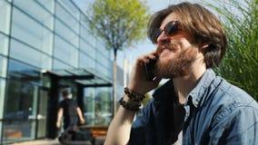 L'uomo chiacchiera sul telefono video d archivio