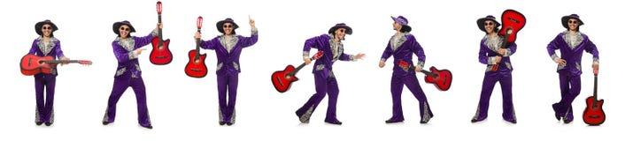 L'uomo in chitarra divertente della tenuta dell'abbigliamento isolata su bianco Fotografia Stock Libera da Diritti