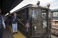 L'uomo cieco chiede le direzioni dal conduttore del treno di bassa tensione a Fotografia Stock Libera da Diritti