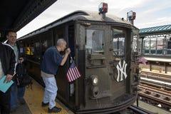 L'uomo cieco chiede le direzioni dal conduttore del treno di bassa tensione a Fotografie Stock Libere da Diritti