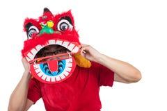 L'uomo cinese asiatico esegue il ballo di leone che celebra nuovo cinese sì Fotografia Stock