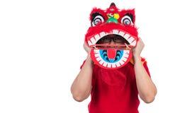 L'uomo cinese asiatico esegue il ballo di leone che celebra nuovo cinese sì Immagine Stock