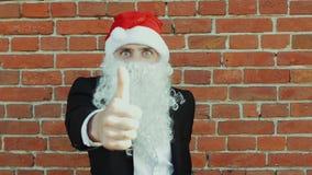 L'uomo come Santa Claus sceglie e mostra con il suo dito indice alla macchina fotografica, al Buon Natale ed al nuovo anno 2019,  stock footage