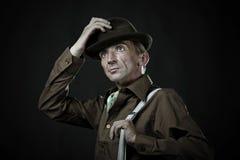 L'uomo comico toglie il suo cappello fotografie stock