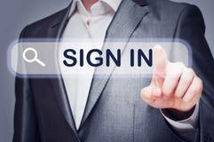 L'uomo commovente firma dentro il bottone sullo schermo virtuale Fotografie Stock