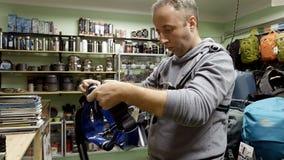 L'uomo compra gli strumenti dell'alpinista dello scalatore dell'alpinista dell'attrezzatura Immagini Stock Libere da Diritti