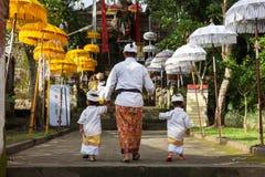 L'uomo con i bambini cammina sulle scale fotografia stock libera da diritti