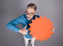 L'uomo con i pollici aumenta e segno vuoto che promuove le vendite. Fotografie Stock