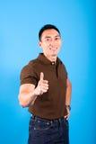 L'uomo con i pollici aumenta il gesto indicando tutto i Fotografia Stock Libera da Diritti