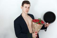 L'uomo con i tulipani e la padella, molla fiorisce Fotografie Stock