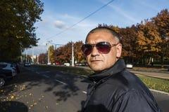 L'uomo con i vetri di sole Immagini Stock