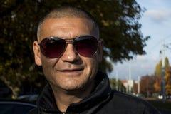 L'uomo con i vetri di sole Fotografie Stock Libere da Diritti