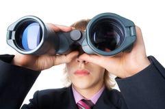 L'uomo con il campo-vetro che osserva prima dentro Fotografia Stock