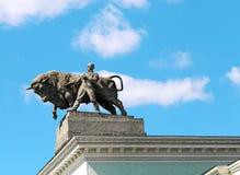 L'uomo con il monumento del toro Fotografie Stock Libere da Diritti