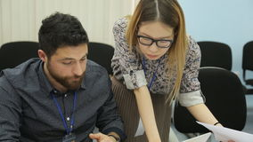 L'uomo con la barba lavora con due donne in ufficio archivi video