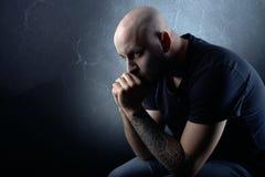 L'uomo con la barba su fondo grigio scuro immagini stock