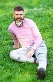 L'uomo con la barba sul fronte sorridente gode della vita senza allergia Concetto di allergia della primavera L'uomo barbuto con  Fotografie Stock