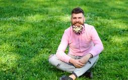 L'uomo con la barba sul fronte sorridente gode della vita senza allergia Concetto di allergia della primavera Pantaloni a vita ba Fotografia Stock Libera da Diritti