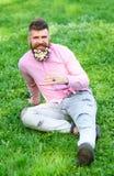 L'uomo con la barba sul fronte sorridente gode della vita senza allergia Concetto di allergia della primavera Pantaloni a vita ba Fotografia Stock