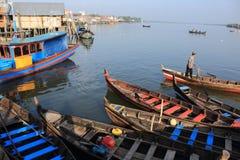L'uomo con la barca tradizionale Immagine Stock