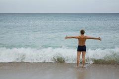 L'uomo con le braccia alzate Fotografia Stock