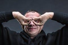 L'uomo con le mani gradisce i vetri fotografia stock libera da diritti