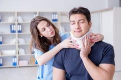L'uomo con medico di visita di lesione del collo per il controllo generale Fotografia Stock Libera da Diritti