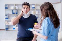 L'uomo con medico di visita di lesione del collo per il controllo generale Immagine Stock Libera da Diritti