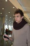 L'uomo con un telefono cellulare rotto Fotografia Stock