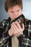 L'uomo con una pistola. Immagini Stock