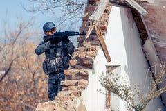 L'uomo con una pistola sta combattendo Fotografie Stock Libere da Diritti