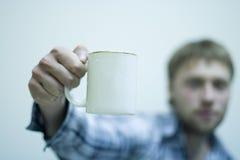 L'uomo con una tazza Immagini Stock Libere da Diritti