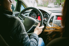 L'uomo conduce un'automobile Fotografia Stock Libera da Diritti