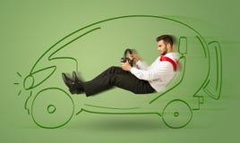 L'uomo conduce un'automobile disegnata a mano elettrica friendy di eco Immagine Stock
