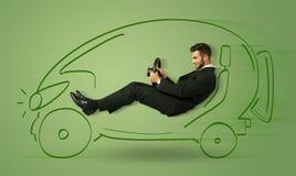 L'uomo conduce un'automobile disegnata a mano elettrica friendy di eco Immagini Stock