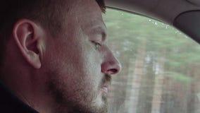 L'uomo conduce un'automobile su una strada principale archivi video