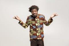 L'uomo confuso di afro ha imbarazzato e dice indossa il ` t sa, forse fotografie stock libere da diritti