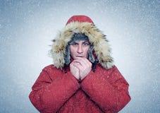 L'uomo congelato nell'inverno copre le mani di riscaldamento, il freddo, la neve, bufera di neve Fotografie Stock