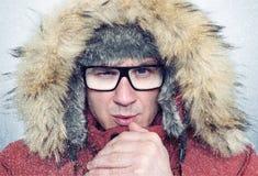 L'uomo congelato nell'inverno copre le mani di riscaldamento, il freddo, la neve, bufera di neve Immagine Stock Libera da Diritti