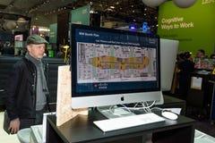 L'uomo considera lo schermo del piano della cabina di IBM al CeBIT 2017 Fotografia Stock Libera da Diritti