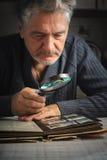 L'uomo considera qualcosa depressione la lente d'ingrandimento Fotografia Stock Libera da Diritti
