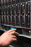 L'uomo controlla lo scaffale del server Fotografia Stock
