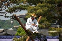 L'uomo coreano anziano esegue sulla corda per funamboli Immagini Stock Libere da Diritti