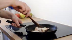 L'uomo cucina il pollo video d archivio