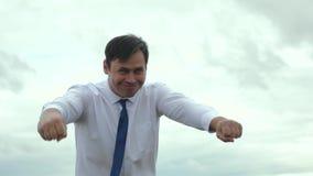 L'uomo d'affari è supereroe in legame nella fretta da aiutare stock footage
