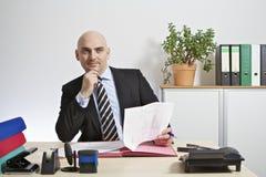 L'uomo d'affari addiviene meditatamente ad una decisione. Fotografie Stock Libere da Diritti
