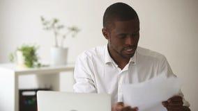 L'uomo d'affari africano arrabbiato sollecitato smette stanco del lavoro a funzioni multiple difficile stock footage