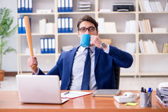 L'uomo d'affari aggressivo arrabbiato nell'ufficio immagine stock libera da diritti